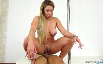 Loira cavala com buceta gostosa sentando com tesão