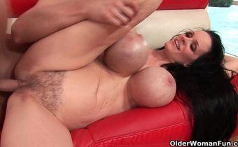 Vídeo de sexo com coroa dos peitões gostosos e xota cabeluda