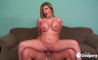 Sexo com atriz pornô peituda dando a bucetinha