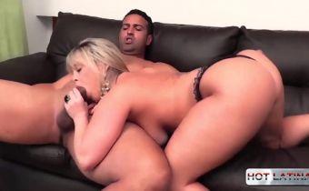 Sexo oral HD loira rabuda trocando chupadas com dotado