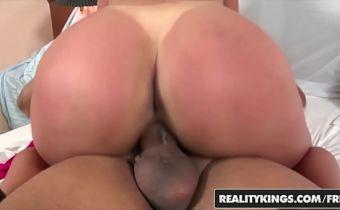 Vídeo de mulher pelada rabuda dando e tomando gozada