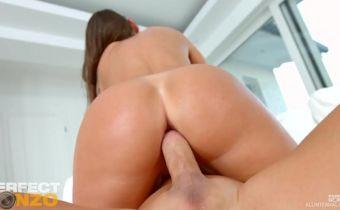 Gata rabuda gostosa fazendo sexo anal quente