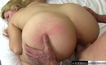 Loira bunduda fazendo sexo no pelo dando a xoxota carnuda