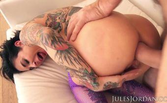 Gostosa tatuada fazendo sexo bruto anal