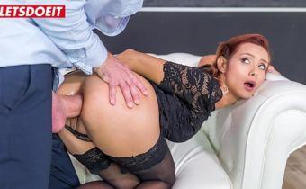 Cena de sexo anal bruto com ruiva sendo detonada no cu